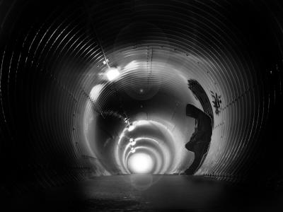 男子在隧道里