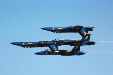 "F-18""大黄蜂""飞机连接在天空中执行技巧"