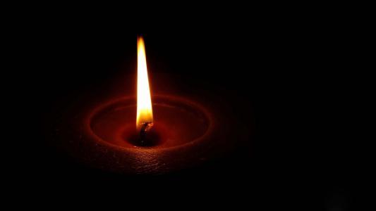 烛光在黑暗中