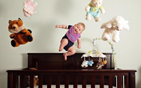 一个小孩玩玩具