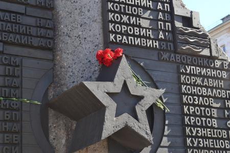 在纪念碑的花在5月9日的胜利天