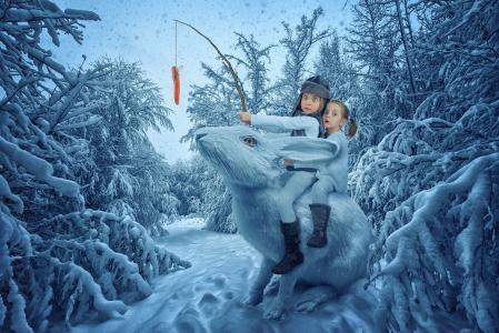 两个有趣的女孩正坐在冬季森林里的大魔法兔