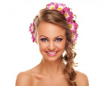 美丽的头发和菊花在头发的年轻女孩
