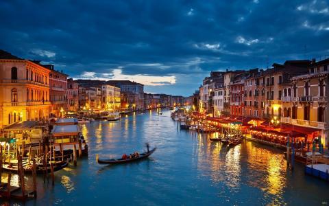 在威尼斯,意大利引导贡多拉乘坐