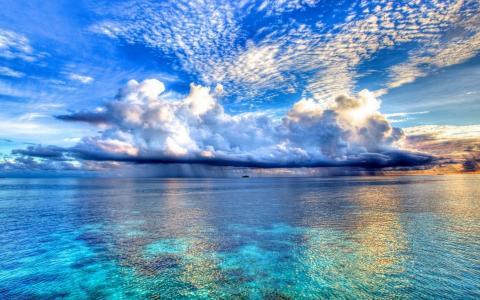 在海的蓝天