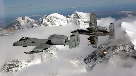 军用飞机在山上