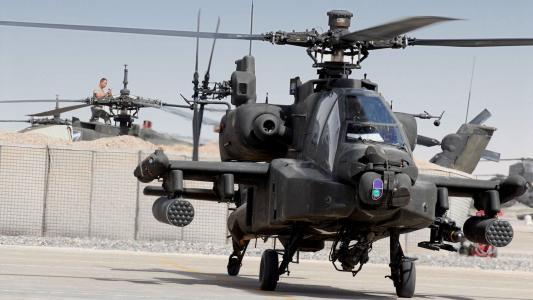 军用直升机AH-64在停车场
