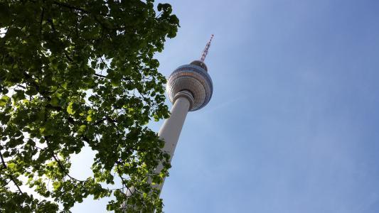 以柏林为背景的一棵电视塔