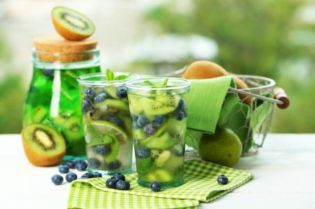 与猕猴桃,石灰和蓝莓刷新饮料