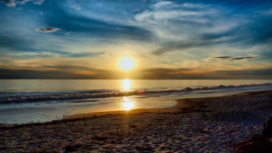 在日出的安静的海滩
