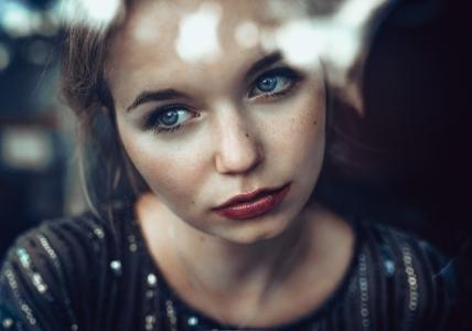 精致的蓝眼睛的女孩,一个悲伤的脸