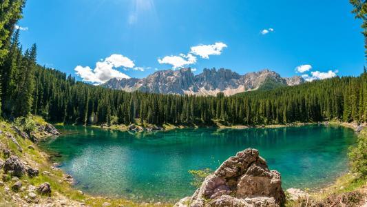 在山的绿松石湖