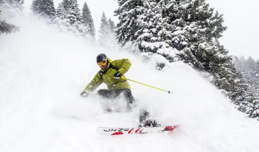 运动员滑雪者下降雪覆盖的倾斜