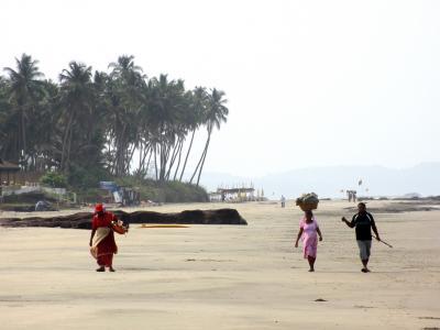 Ashwem的居民在海滩上