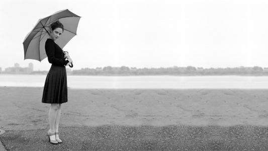 一个女孩用一把雨伞的黑白照片