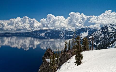 白云映在湖边清澈的湖水中