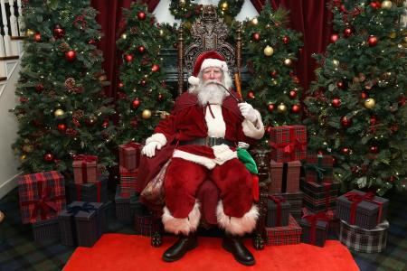 圣诞老人坐在椅子上抽烟斗