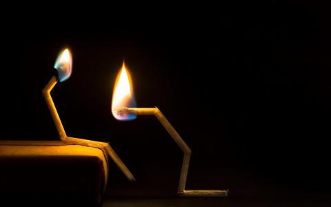 一对烧毁的火柴
