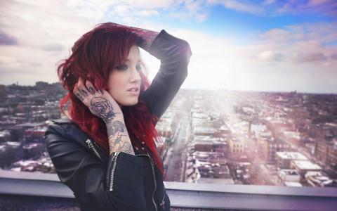 纹身玫瑰红发女孩的手上