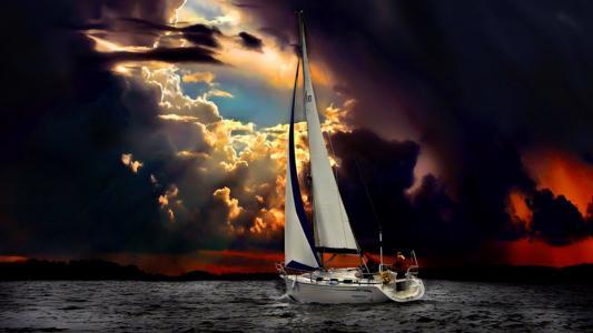 船在雷暴中航行