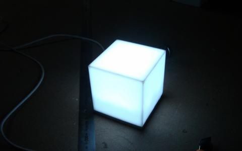 白色立方体灯
