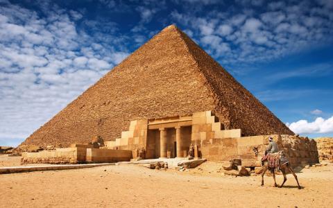 金字塔在沙漠中