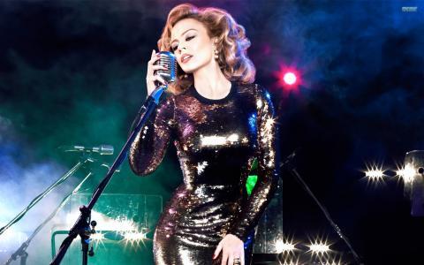 歌手在华丽的礼服