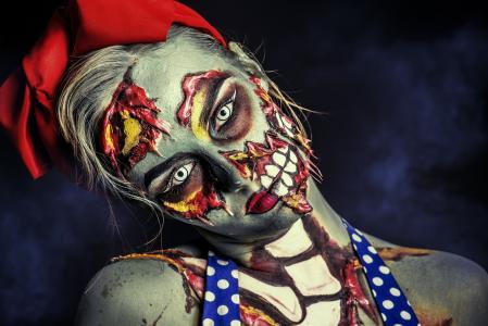 万圣节的僵尸化妆的年轻女孩