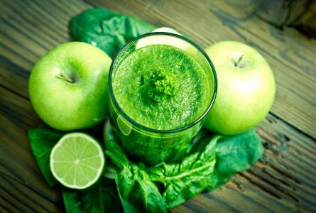 与苹果,石灰和绿色的绿色冰沙