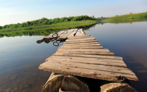 在湖上的筏子