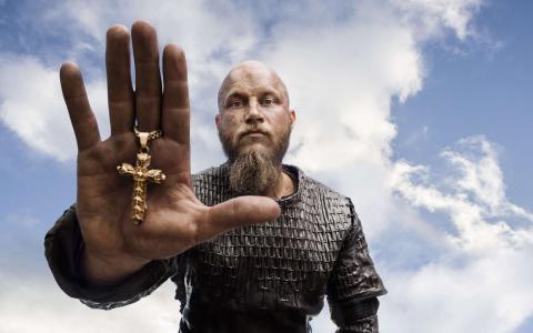 十字架在维京人的手上