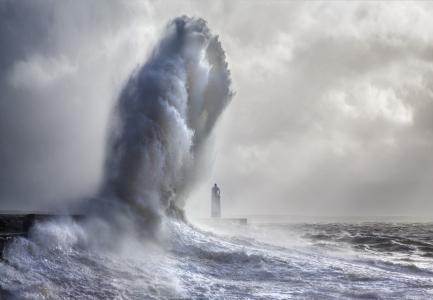 灯塔上方的一个巨大的波浪