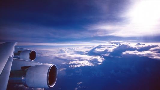在云层之上的飞行