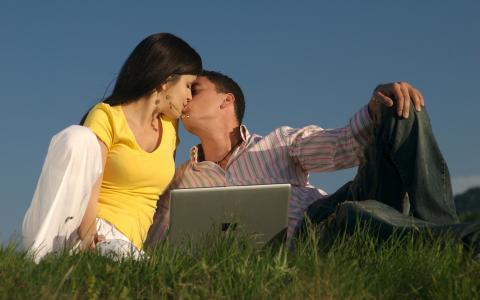 夫妇,吻,笔记本电脑