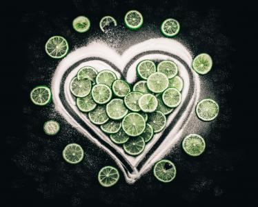 心脏由糖和绿色石灰圈子做成在黑背景
