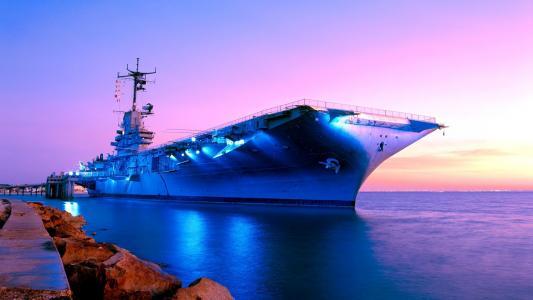在日出的地平线上的船