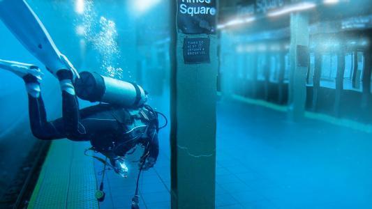潜水员在纽约的地铁