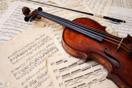 小提琴躺在笔记上