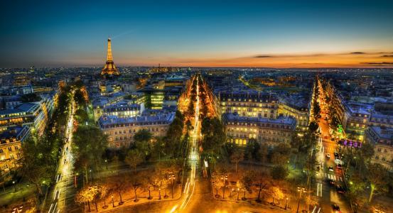 晚上在法国巴黎闪耀