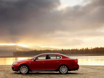 在河岸的红色汽车