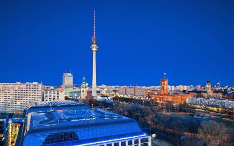 与电视塔的城市风景