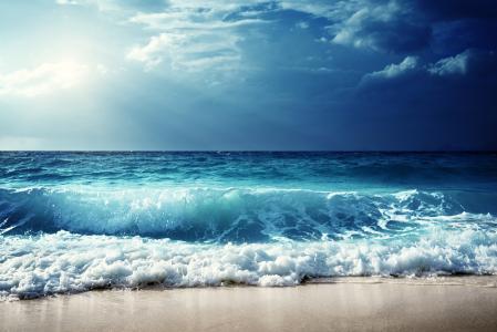 海上的汹涌波涛反对蓝天
