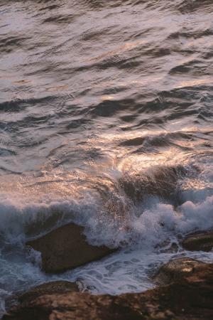 拍打海岸的海水