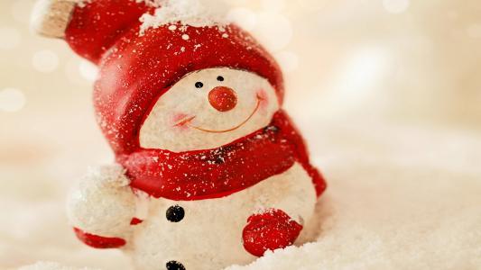 在一顶红色帽子的玩具雪人新年2018年