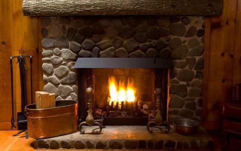在壁炉明亮的火焰