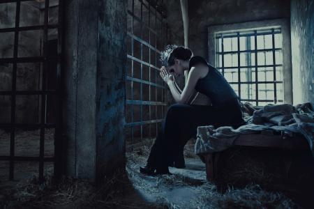 这个女孩在监狱里被关在酒吧里