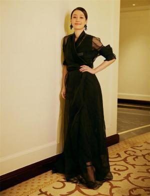 马伊琍黑纱裙复古优雅随拍