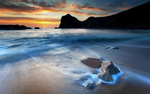 在日落的沙滩