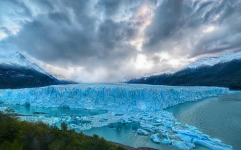 山冰川的蓝色的冰