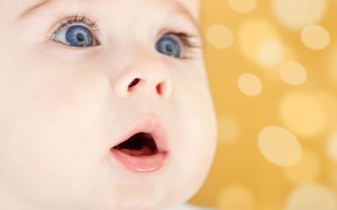 孩子惊讶的眼睛